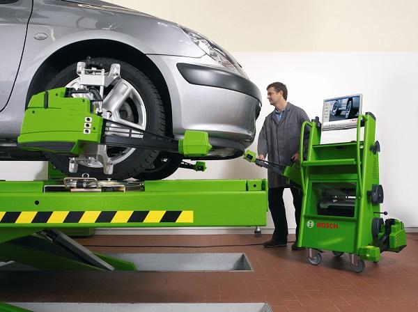 O alinhamento ajusta os ângulos da suspensão e das rodas, enquanto o balanceamento evita vibrações em baixas e altas velocidades