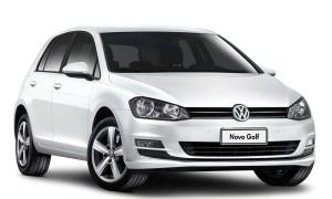 """Visualmente, o Golf """"made in Brazil"""" é idêntico aos irmãos importados, mas o coração da versão Comfotline (na foto) está mais fraco e a suspensão traseira, mais simples: mesmo assim, aumentos passam de R$ 15 mil"""