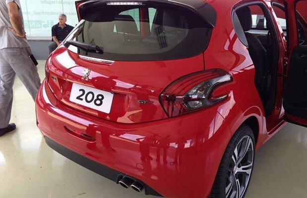 Peugeot 208 GT traseira