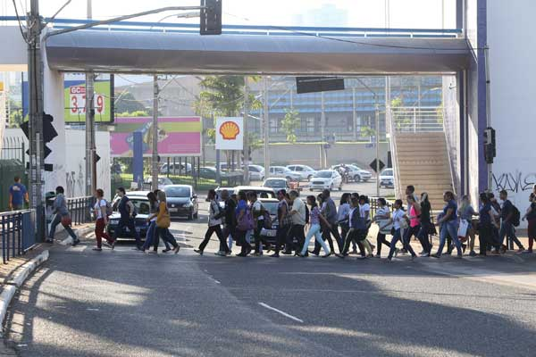 Denatran determina valores de multas para pedestres e ciclistas