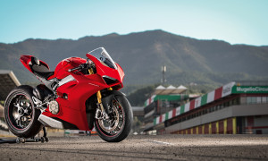 Panigale-V4S-Red-MY18-01-Pista-Video-Full-1330x748