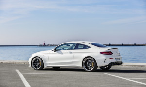Mercedes-AMG C 63 S Coupé, AMG Night Paket und AMG Carbon-Paket II, Außenfarbe: designo diamantweiß bright.;Kraftstoffverbrauch kombiniert: 10,1 l/100 km; CO2-Emissionen kombiniert: 230 g/km (vorläufige Daten)  Mercedes-AMG C 63 S Coupé, AMG Night package and AMG Carbon-package II, Exterior paint: designo diamond white bright;Fuel consumption combined: 10.1 l/100 km; combined CO2 emissions: 230 g/km (provisional data)