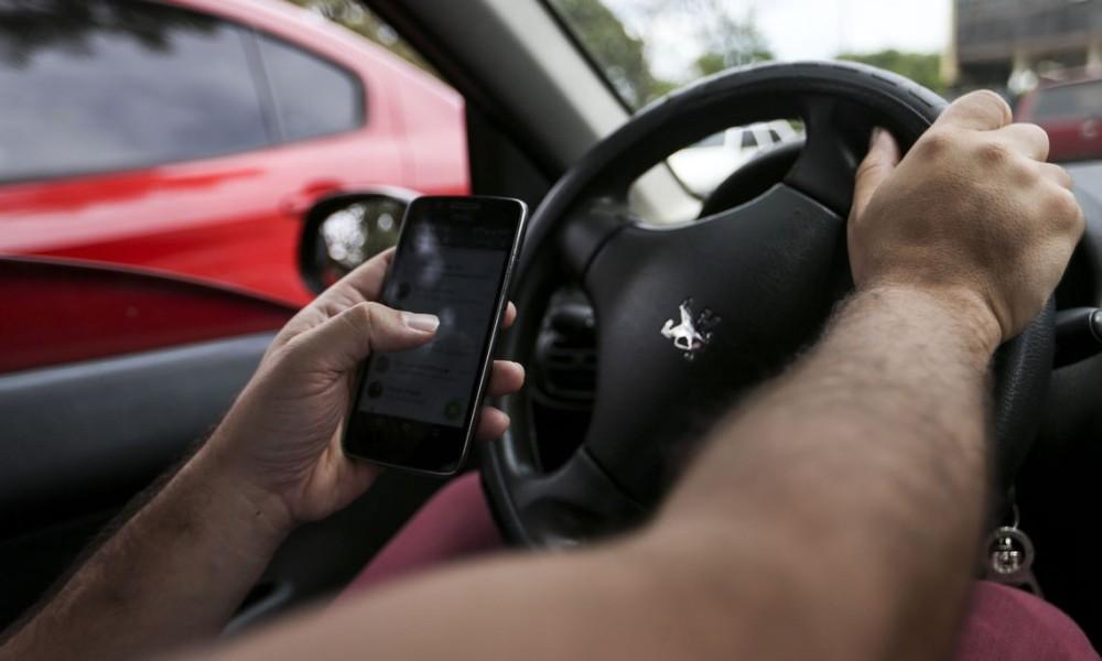 Um quinto dos motoristas brasileiros mistura celular e direção